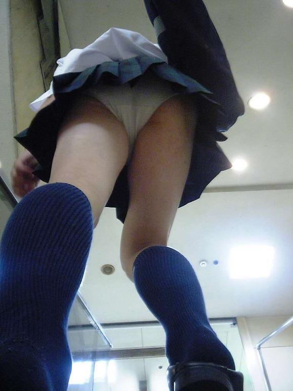 スカートの中を逆さ撮りしたったwwwムッチリでエロすぎ画像(30枚)18