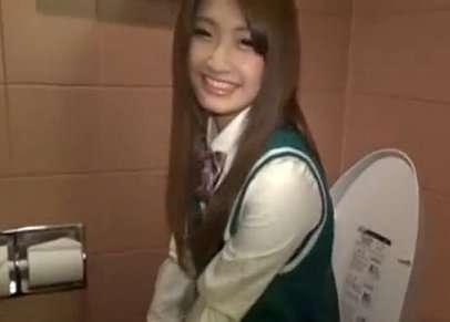かわいい女子校生のお口にトイレで出しました