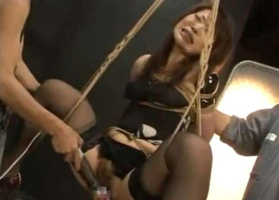 緊縛して吊るして激しく陵辱されて悶絶する女