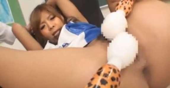 チアガール女子校生が教室で2人組に電マでバイブで責められて激しいクンニであそこがヒクヒク