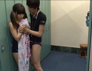 【盗撮】下着泥棒に見つかり、更衣室で中出しレイプされるスク水少女