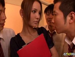 弱みを握られレイプされてしまった小顔の美人教師、次の日から噂は広がり・・・