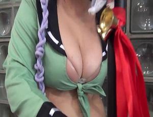 ニコニコ超会議(2015.4.25)でエロい恰好したブス巨乳コスプレイヤーに声をかけHな質問攻め!ヌーブラとお尻丸出しだよ!!!
