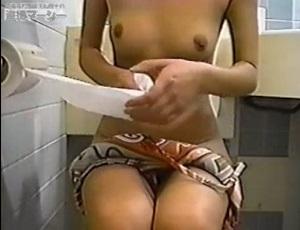 スポーツクラブのトイレで排泄するお姉さんを盗撮!引き締まったイイカラダです。