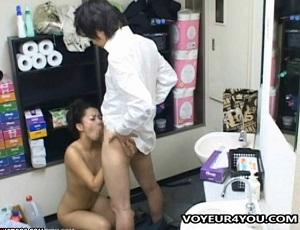 【盗撮】バレたら即クビ!控室でセクロスしはじめるキャバ嬢とボーイ