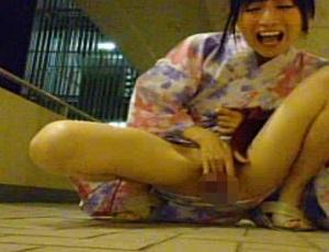 【無修正】ちっぱい可愛いゆぅ子が浴衣で変態オナニー&放尿しちゃうよー!【FC2ライブチャット】