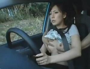出会い系で知り合った人妻とのドライブデート中に悪戯!ペーパードライバーなのにお構いなし!w