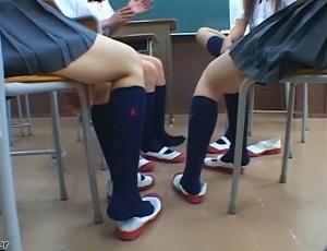 ニーソ女子校生フェチここに極まれり。女性生徒たちの足、パンチラ、足コキ・・・