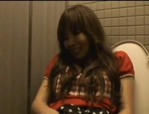 【無修正】お出かけ先の公衆トイレでオナニー配信を始める変態パイパンお姉様【ライブチャット】