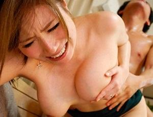 【千乃あずみ】息子の勃起ペニスの虜になってしまった美人母 たっぷり中出しされ膣内から大量の精子が・・・