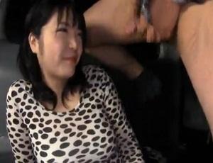 【ナンパ】まさに牛乳…!驚異の発育を遂げている素人娘を捕まえてHなアンケートからの豪快パイズリ!!