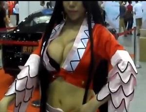 【盗撮】モーターショーで乳首が見えちゃってる巨乳中国人コスプレイヤー