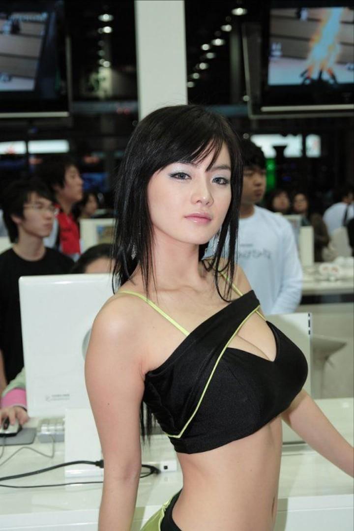 アジアのコンパニオンがスタイルよくて侮れない件w21