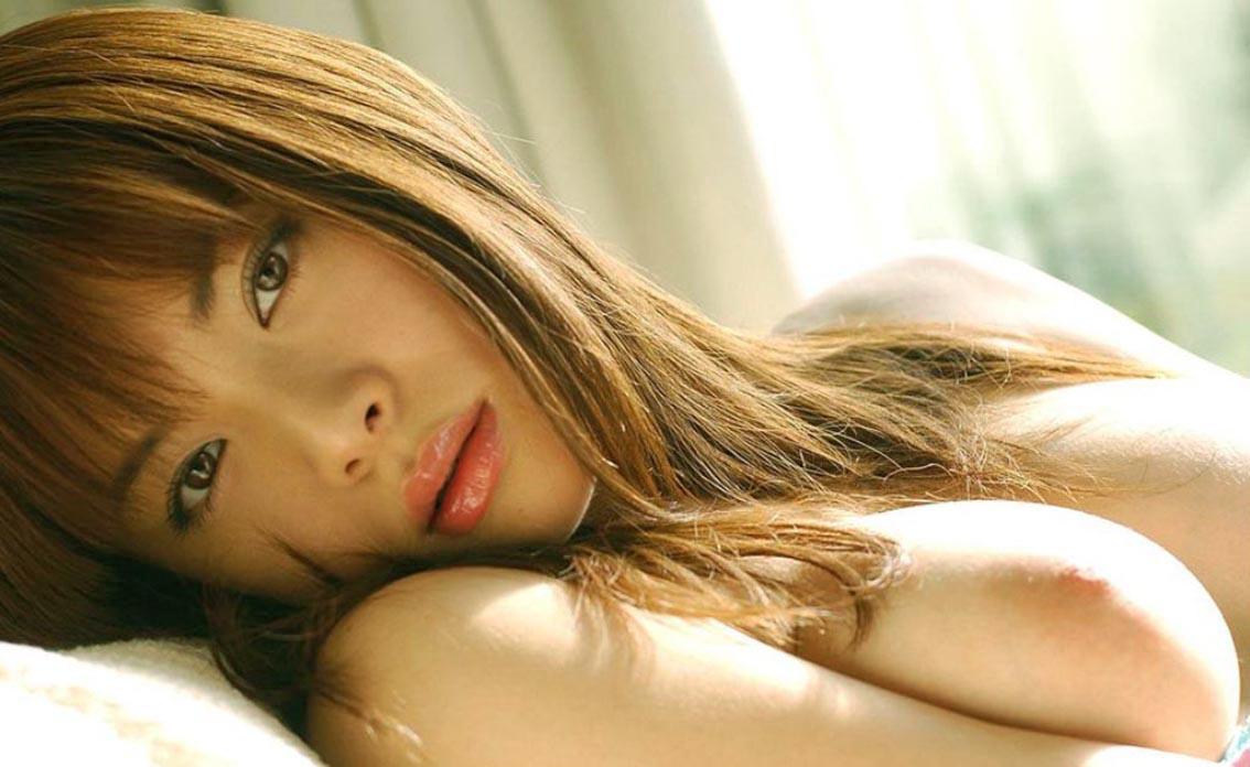 上からのしかかりたくなるおっぱい丸出しで寝そべってる女の子のエロ画像24