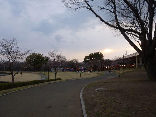 公園西側の屋台と提灯