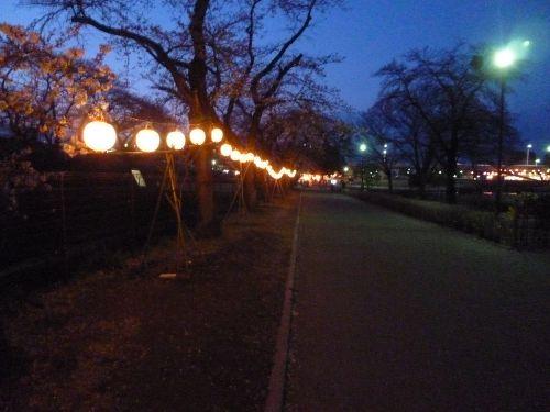すっかり暗くなった園内と提灯