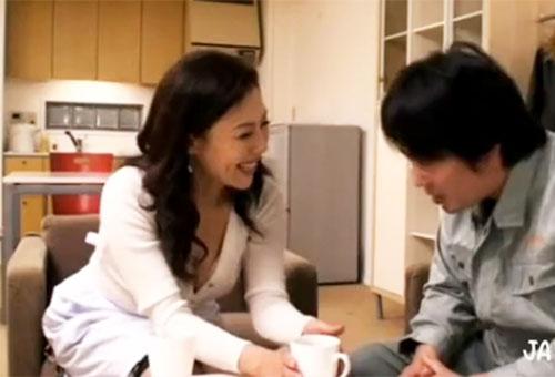 岡江由美子【母子相姦】母親が息子のチンポを高速手コキしザーメン発射