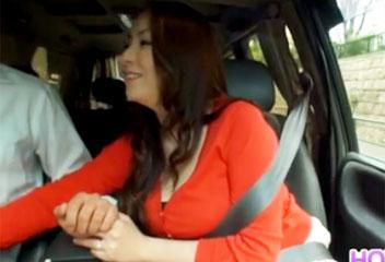 青山葵巨乳熟女が車内で美味しそうにフェラをして口内射精