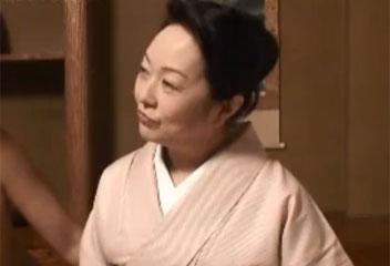 宮崎里子着物を着た高齢熟女が若い男とバックで挿入し、野太い声で喘ぐ