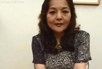 松村彩子ナンパした巨乳熟女に手コキしてもらいザーメンぶっかけ