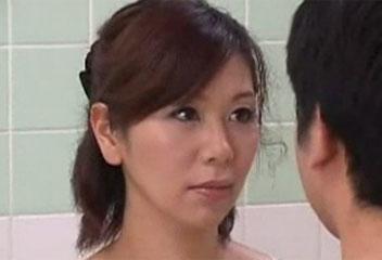 翔田千里銭湯の女将がお客さんのチンポを手コキフェラするサービス