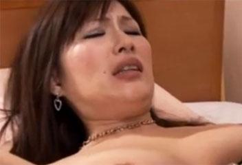 志村玲子美巨乳熟女2人が他男のペニスを膣に受け入れ濃厚セックス