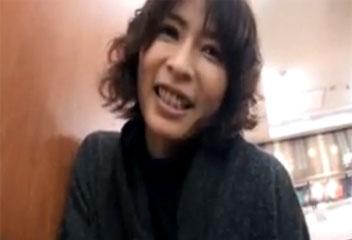 矢部寿恵美熟女が公衆トイレで声を押し殺して自画撮りオナニー