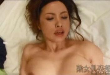 藤森綾子身長は小さいがおっぱいが爆乳のスナックのママ
