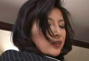桐島千沙スーツ姿の美熟女OLがピンクのオマンコを男に見せつける