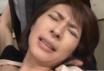 矢部寿恵美人母親が無くなった旦那の友人達に自宅で輪姦レイプ