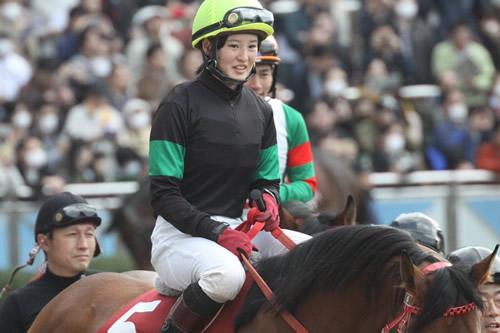 【画像】菜七子ちゃんの後ろでスケベそうな顔してニヤけてる騎手誰?