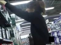 [盗撮]家電量販店でスピーカーを見てたら食い込みパンチラしていた奥さま! パンチラ盗撮動画です。【盗撮せんせい】