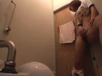友達に内緒で学校のトイレにこもり自慰を始めちゃた体操着姿の女子校生。声も出せない状況に興奮した少女の指がさらに激しくなりビクビクしちゃってる姿がマジで可愛いです!!【みんなが抜いた盗撮動画】