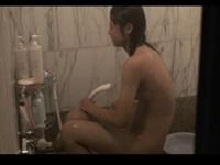 明らかに若い年齢の美少女の入浴を民家盗撮。最後に撮影者、見つかるwww【世界の盗撮動画像】