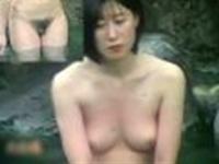おばさんの色白おっぱいをじっくり鑑賞する素人盗撮露天風呂-1