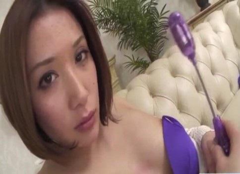 無修正 バイブを手にドヤ顔する人妻熟女が性器が壊れそうなズボオナニーを魅せます!!