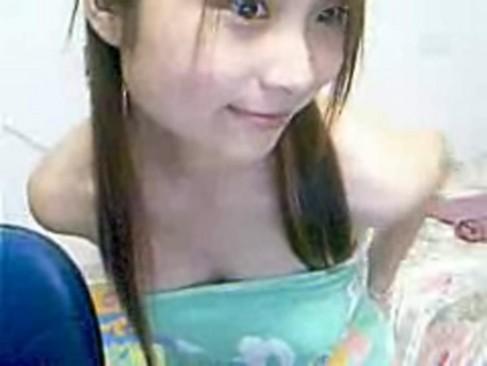 モデル系の美形お姉さんが乳だしスマイルで魅せる微エロライブチャット・・・