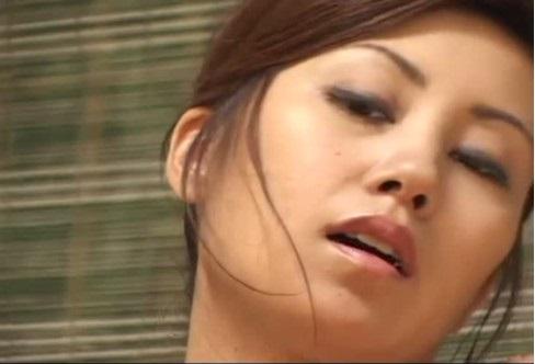 無修正 妖艶な表情でオナニー魅せる人妻熟女(^^♪