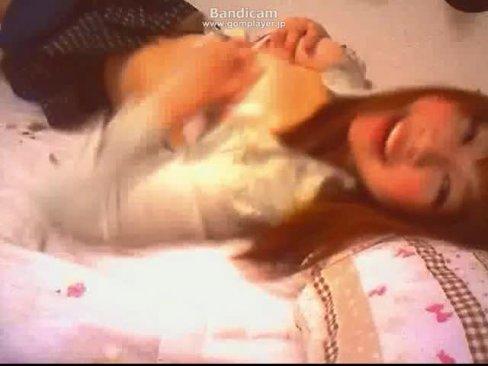 楽しそうに寝そべりながら自分の乳いじる癒し系乳首オナニー女のライブチャット・・・
