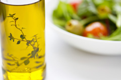 オリーブオイルやナッツ類豊富な地中海食のイメージ