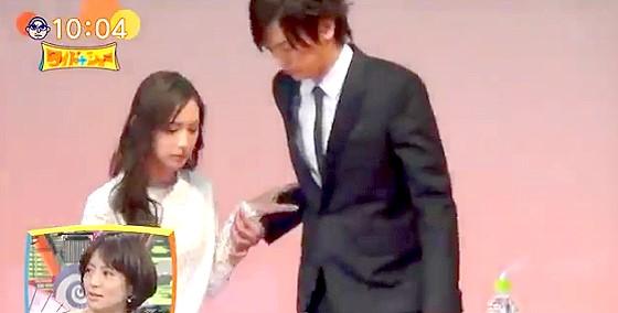 ワイドナショー画像 結婚会見の席でDAIGOが自然に北川景子の手を取ってエスコート 2016年1月17日
