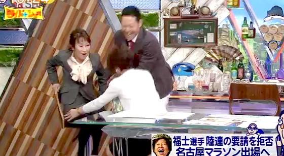 ワイドナショー画像 足が届かなくてイスを回転できない松野明美を手伝う秋元優里アナと東野幸治 2016年2月28日