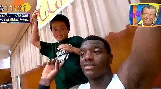 ワイドナショー画像 熊本ヴォルターズのジョエルが少年の作った「CoCo壱DUNK」の垂れ幕を紹介 2016年9月18日