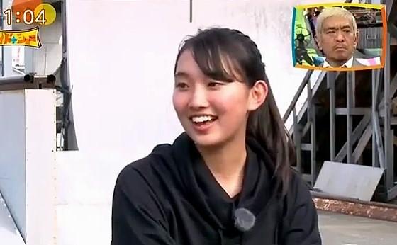 ワイドナショー画像 スケートボードのチャンピオンにインタビューする女子高生の青木珠菜 2016年10月23日