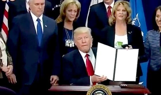 ワイドナショー画像 選挙公約を次々と実行するための大統領令に署名するトランプ新大統領 2017年1月29日