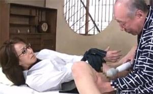 【おばさん動画】徳田重男が女教師感のあるインテリ美人おばさんを電マを使ってイカせまくる!