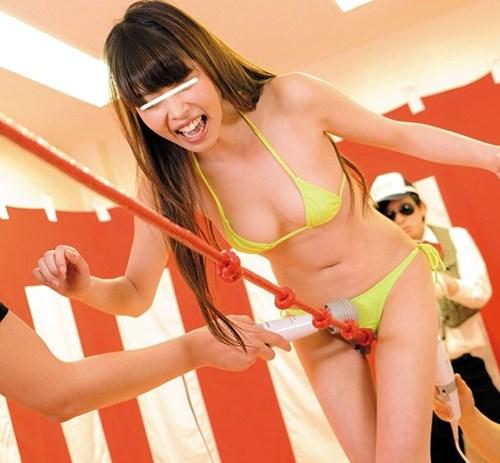 ローションヌルヌルの綱を股に挟んで平均台を渡りきる、オマンコ綱渡りに挑戦!